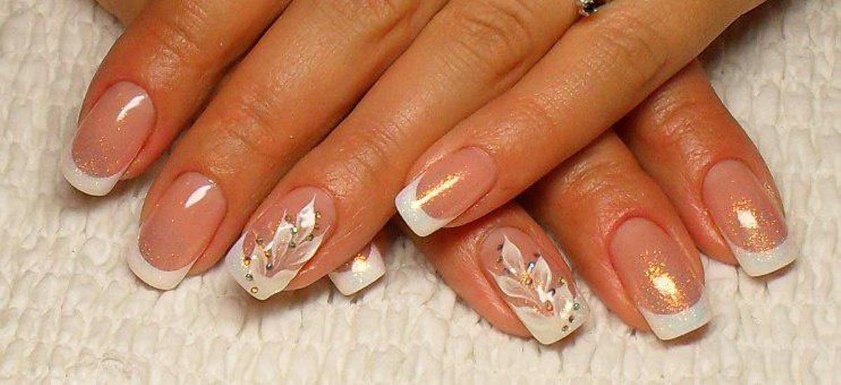 Белый самый красивый маникюр на своих ногтях