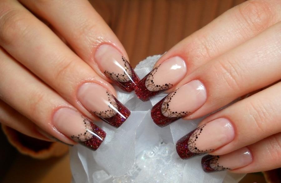 Бордовый френч на ногтях с рисунком