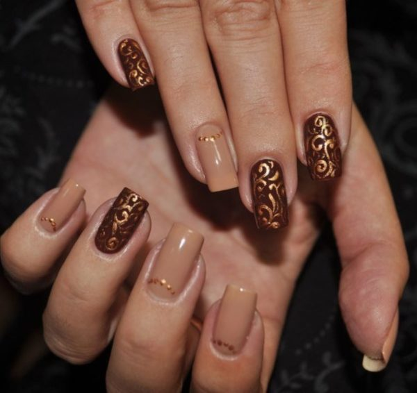 Ногти коричневого цвета френч