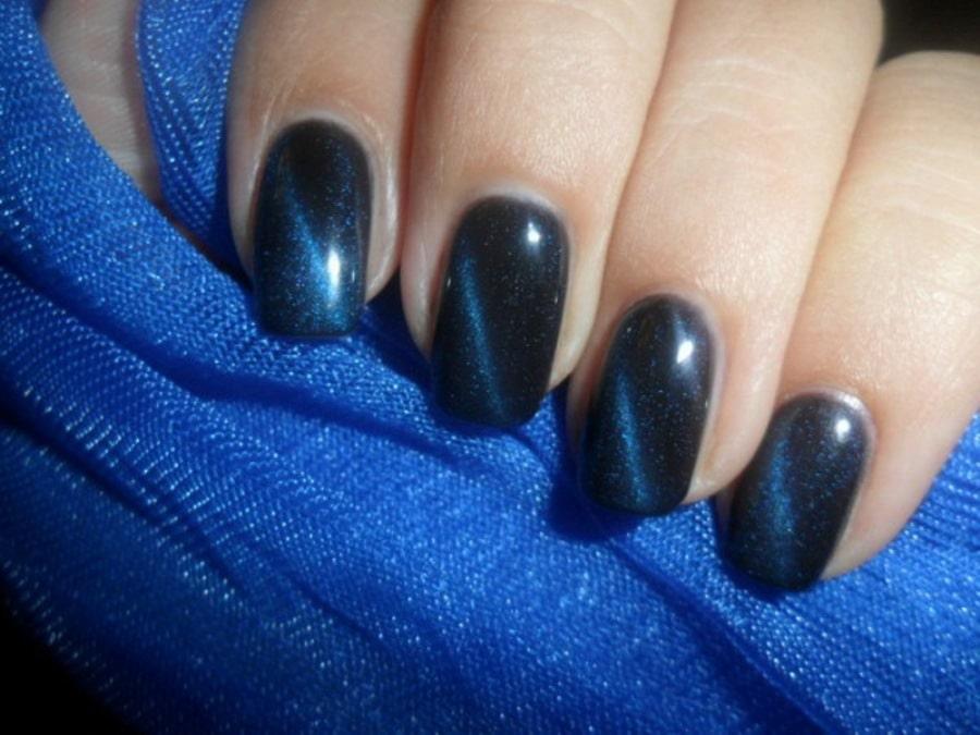 Маникюр под темно-синее платье