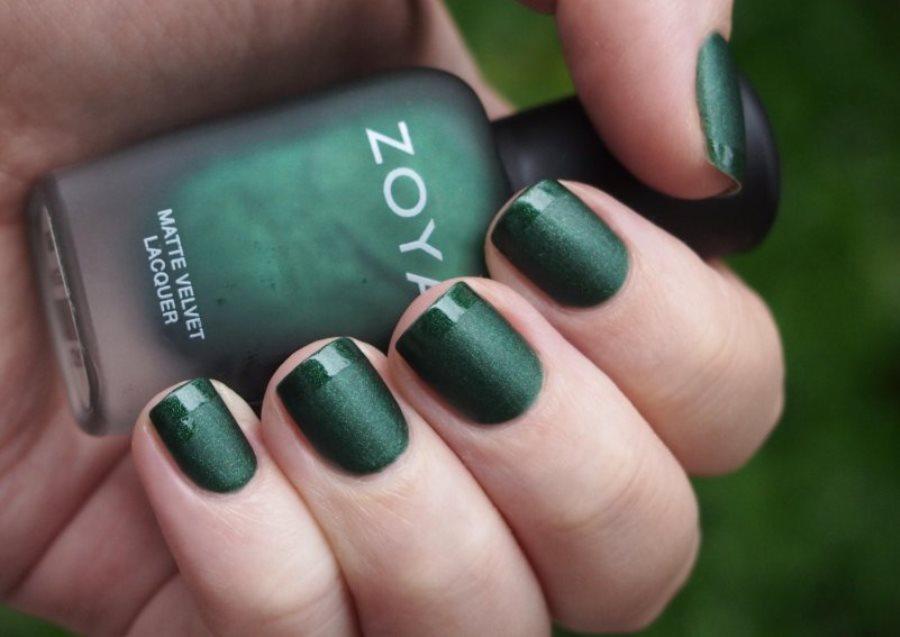 Маникюр под зеленое платье на короткие ногти