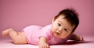 Выкладывание новорожденного на живот