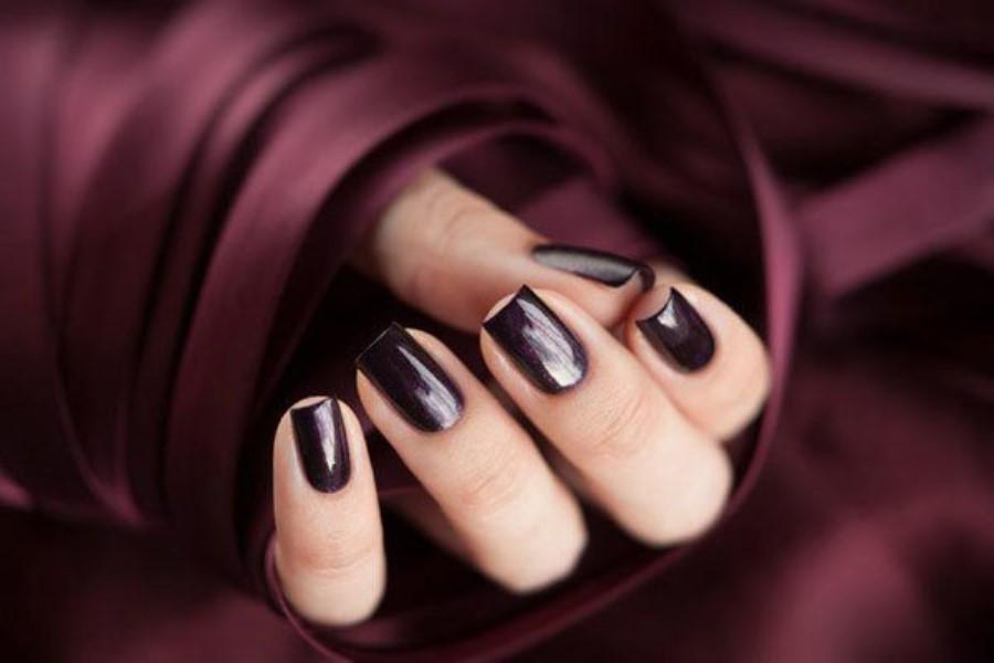 Маникюр под платье цвета баклажан