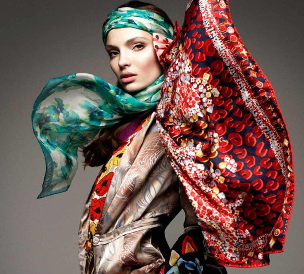 Женщина в платке красиво и стильно