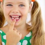 Когда выпадают молочные зубы у детей и что при этом делать