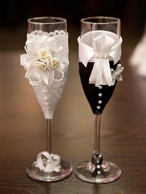 Распространенные варианты украшения бокалов на свадьбу своими руками