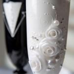 Варианты дизайна и украшения бокалов на свадьбу своими руками