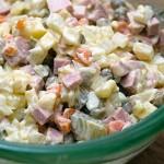 Рецепт салата Оливье с колбасой: ингредиенты и этапы приготовления
