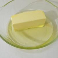 В тарелку выкладываем сливочное масло и поливаем растительным