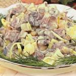 Классический рецепт мясного салата: праздничные и будничные варианты приготовления с курицей, свинин...